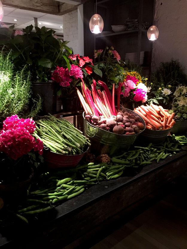 תצוגה מרשימה של ירקות ופרחי אדמוניות
