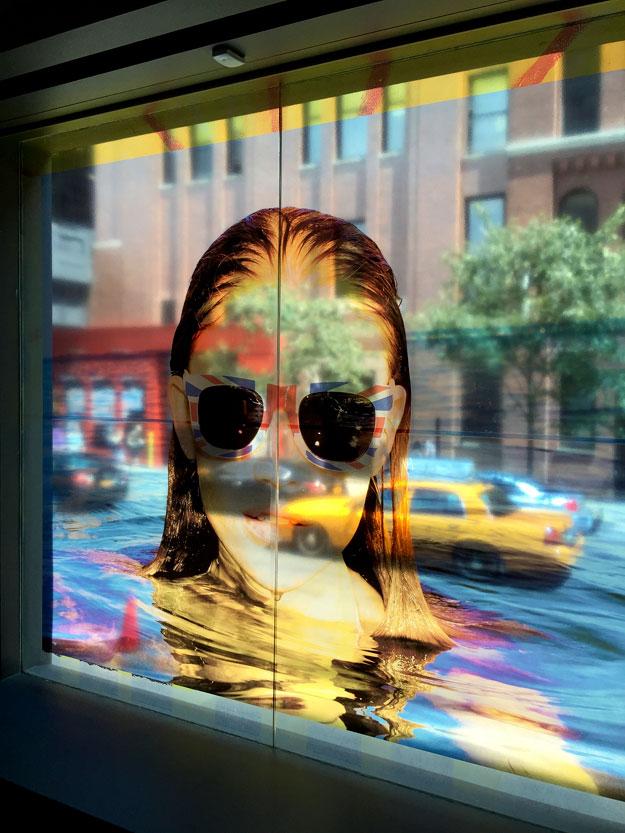 מבט אל הרחוב דרך חלון התערוכה בגלריה לצילום של Milk Studios