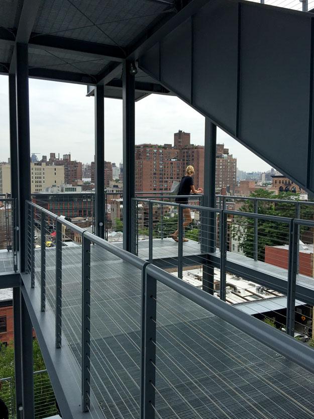 נוף אורבני, מעל גגות צ'לסי, נשקף מהמרפסת של המוזיאון