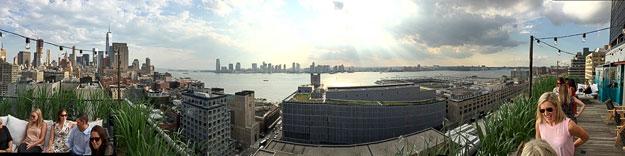 למלון שלנו יש Rooftop עם בר קוקטילים שמשקיף על נהר ההאדסון