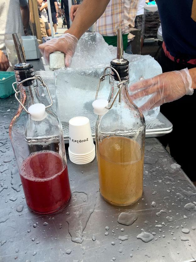 קרחון בטעם של פעם. שבבי קרח ממותקים בסירופ פירות.
