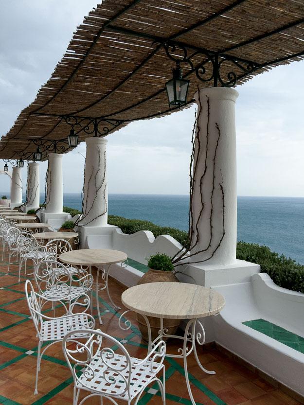 במרפסת המלון Le Sirenuse זכינו להתפעל מהנוף המשקיף על הים הכחול הכסוף
