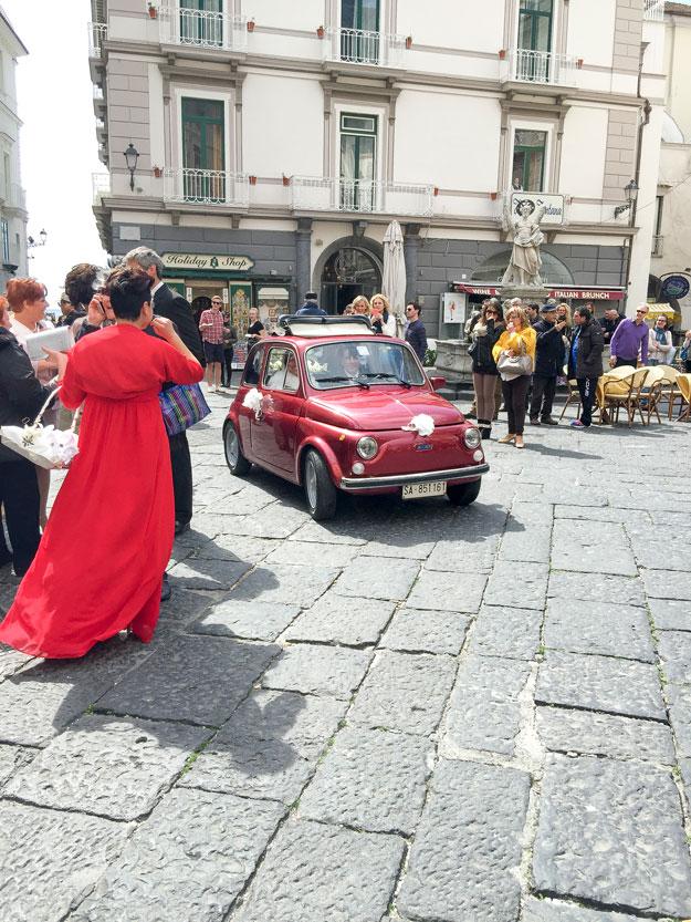 הנה באה הכלה בפיאט אדומה קטנה. חתונה איטלקית מסורתית, כמו מתוך סרט ספגטי.