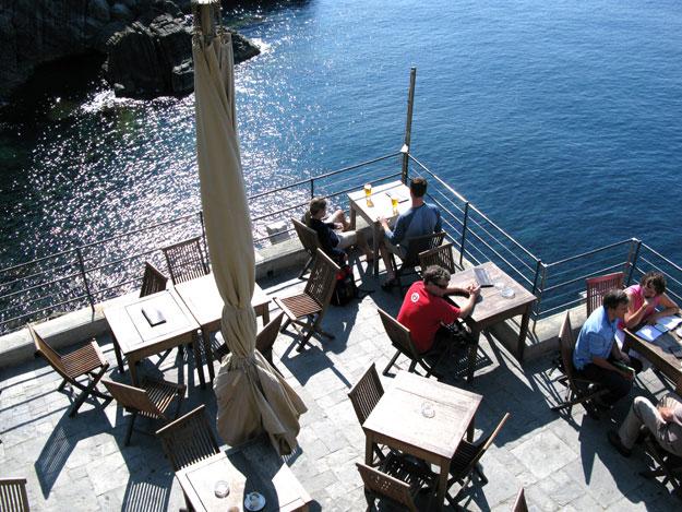 ברימג'יורה כדאי לעצור בבית הקפה והמסעדה ממש בירידה מהשביל. המסעדה שתלויה על הצוק ונראית כאילו היא צפה על פני הים ולהתפעל מהנוף.