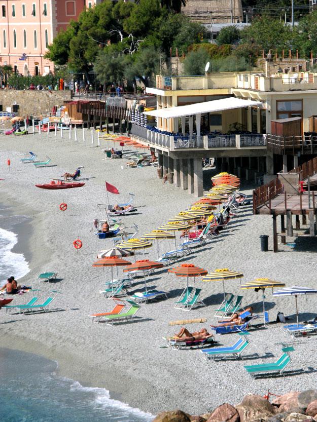 מונטרוסו, העיירה הכי גדולה בין חמשת עיירות האזור ובעלת חופי רחצה גדולים בסגנון הטיפוסי לריביירה האיטלקית.