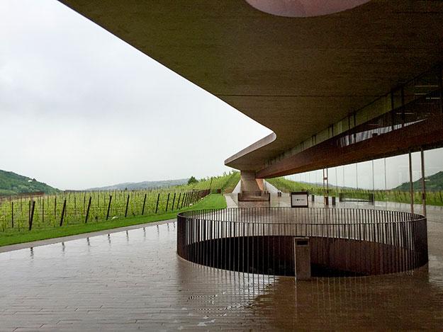 היקב של משפחת Antinori, הוא פאר היצירה של הארכיטקטורה המודרנית. מיזוג אמיץ, של ידע עתיק יומין בתחום היינות המסורתית, לצד עיצוב איטלקי חדשני