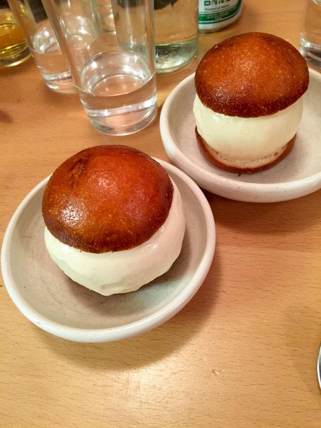 גם לקינוח בהזמנו באו מתוק, לחמנייה מאודה מתוקה עם גלידת ג'ינג'ר שהייתה סיומת מפתיעה לארוחה