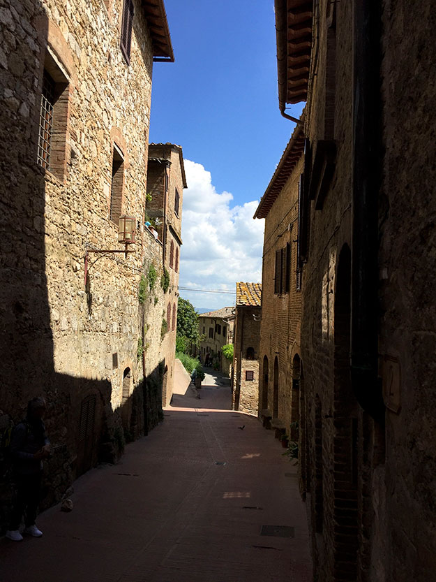 בחלק העתיק ביותר של העיירה קולה ואל ד'אלסה. ברחוב הראשי, כאילו הזמן עצר מלכת, משני צידיו, בתים מימי הביניים