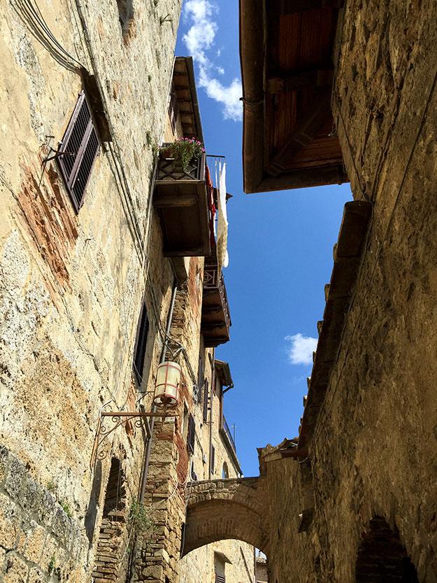 החלק העתיק של העיירה השתמר היטב והנוף שנשקף מהחומות המבוצרות של מבצר מתקופת ימי הביניים הוא עוצר נשימה