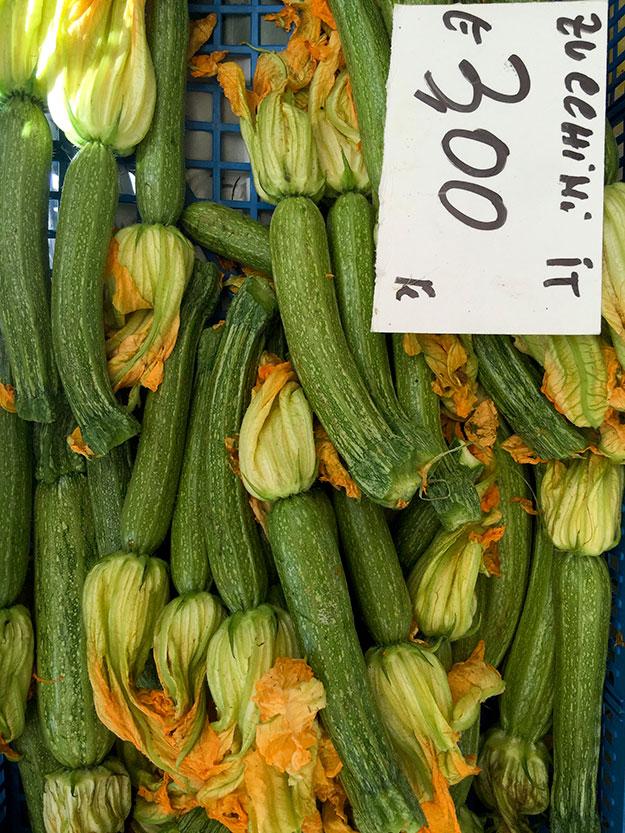 זוקיני פרחים ושפע ירקות בדוכני שוק האיכרים