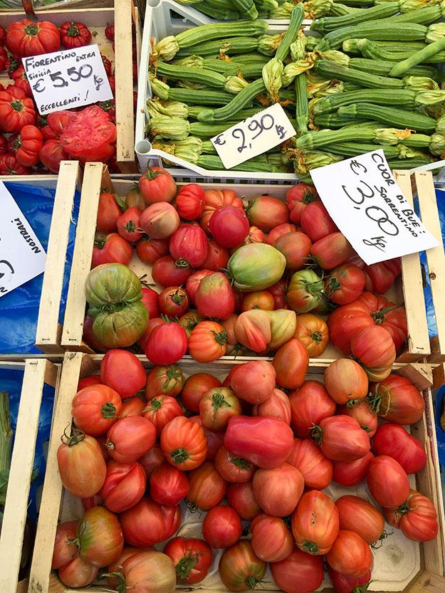 שפע ירקות בדוכני שוק האיכרים