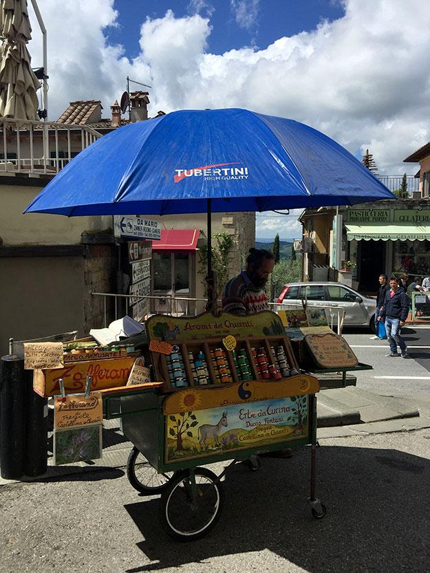 עגלה בשוק האכרים עליה מוצגים עשבי תבלין מטוסקנה