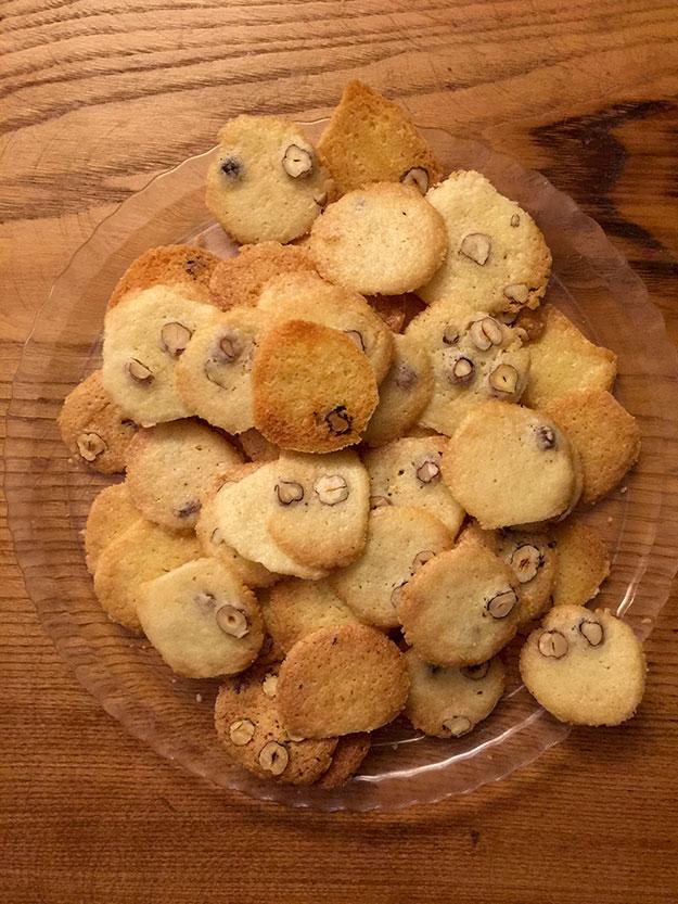 עוגיות אגוזי לוז דקיקות ופריכות לסיום הארוחה לצד דג'סטיבו