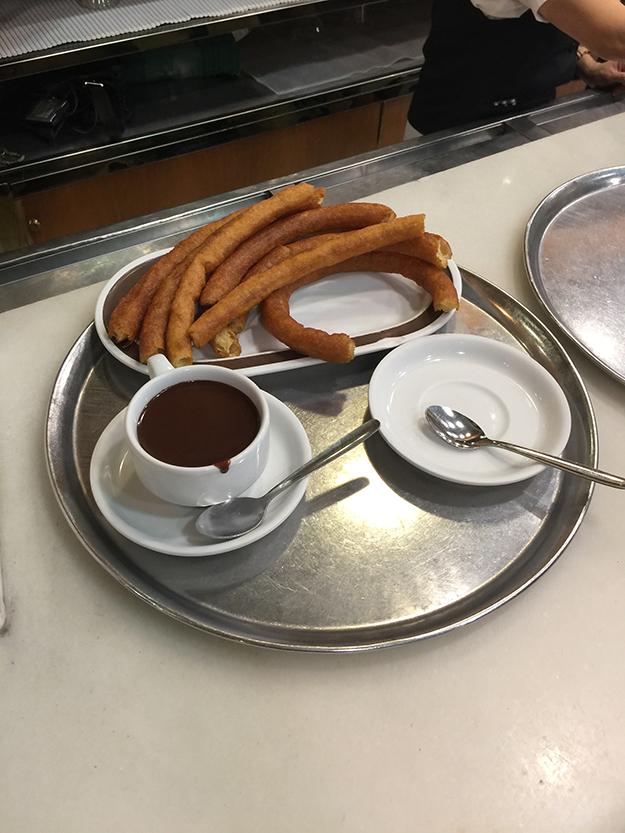 Valor ההיכל האייקוני במדריד לצ'ורוס, אותן סופגניות ספרדיות פריכות, שנהוג לטבול בשוקולד חם