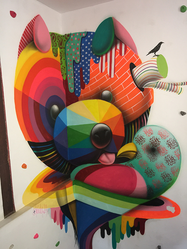 בר מעוטר בציורי קיר צבעוניים עליזים במדריד