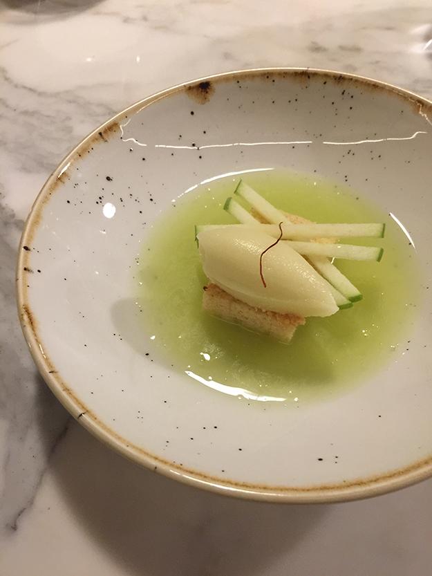 עוגת שקדים מעליה מונח סורבה תפוחים, מוגשת עם מרק תפוחים קר
