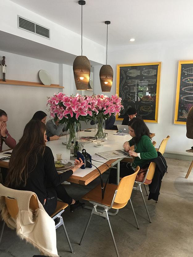 קפה פדרל ברובע מלסנה, להתחיל את הבקר עם אבוקדו טוסט וקערת אסאי