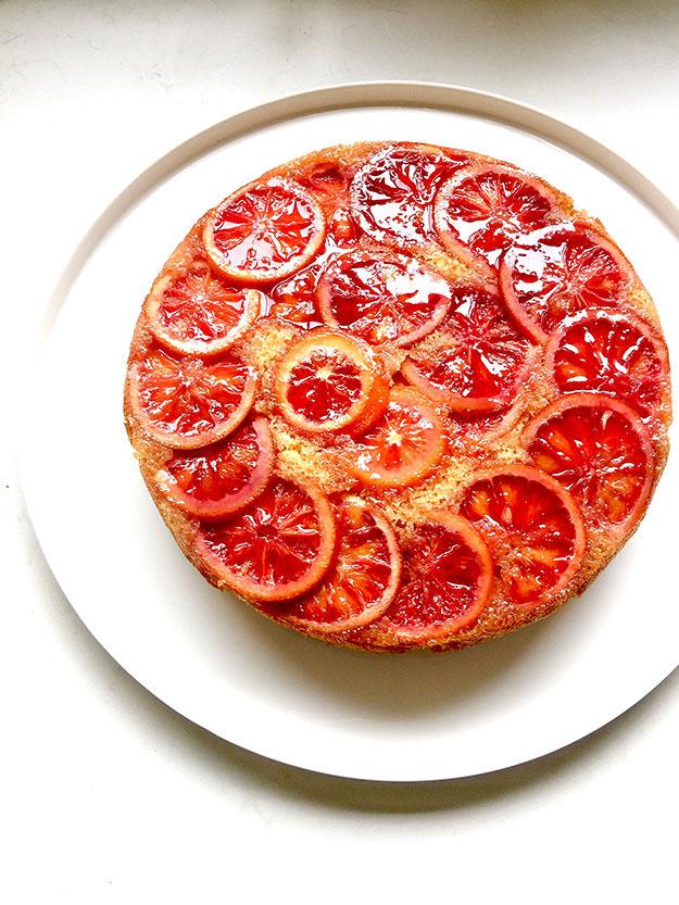 כתר בוהק של תפוזי דם על עוגת החורף האהובה