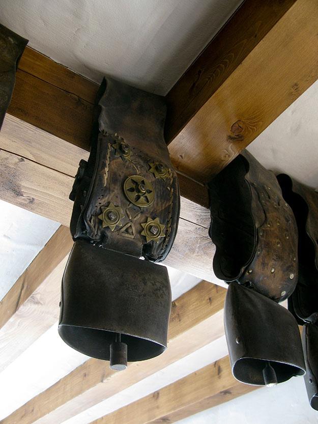 פעמון פרה תלוי על קורת עץ במסעדה בואל דיזר
