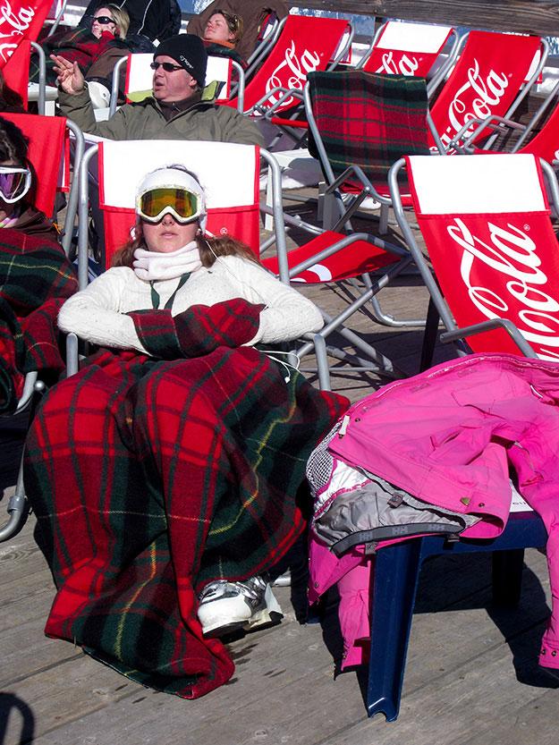 מסביב על הדק הרחב של המסעדה, רבצו להם על כסאות נוח כמו בחוף הים, מתחרדנים בשמש החורפית מאות של אנשים