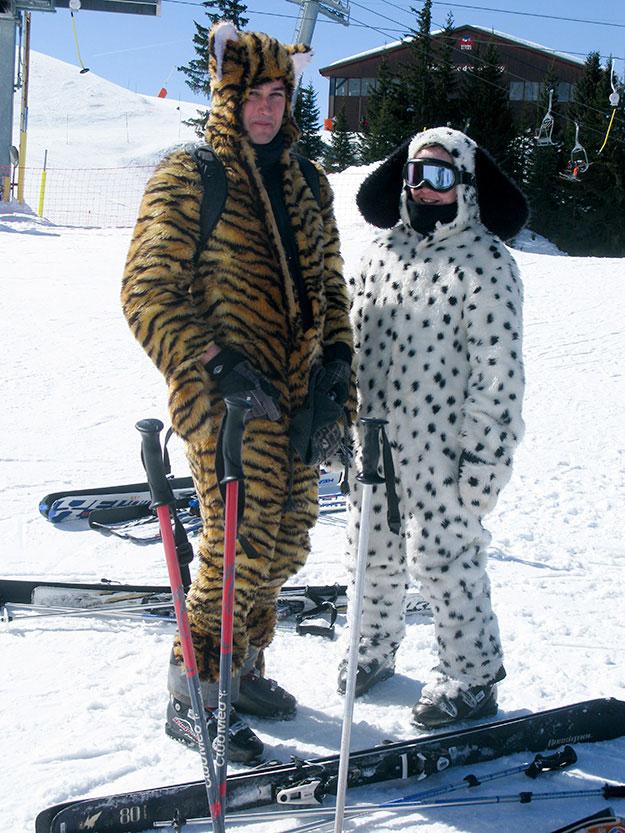 לארוחת צהריים מגיעים לבושים בסטיילץ בחליפות סקי אחת נמר אחת כלב דלמטי