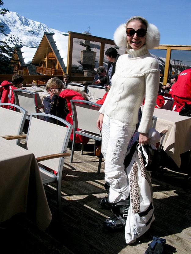 סקי שיק במריבל, לובשים לבן מכף רגל ועד פומפוני האוזניים. וחובה להצטייד במשקפיים שמש גדולים כי השלג מסנוור