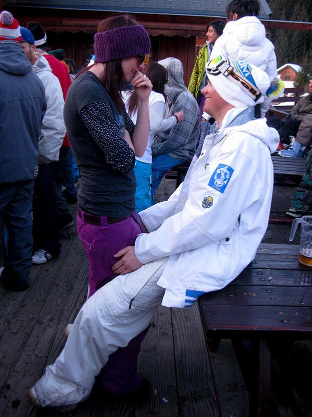 זוג צעיר נהנה במסיבה באוויר הפתוח בשעות אפרה סקי