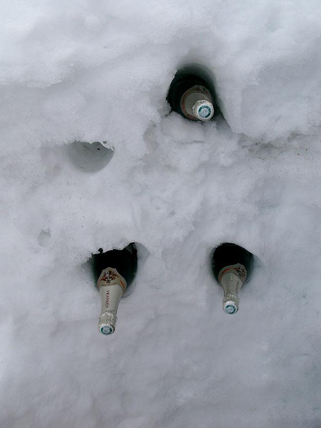 מצננים שמפניה במקרר טבעי בתוך השלג