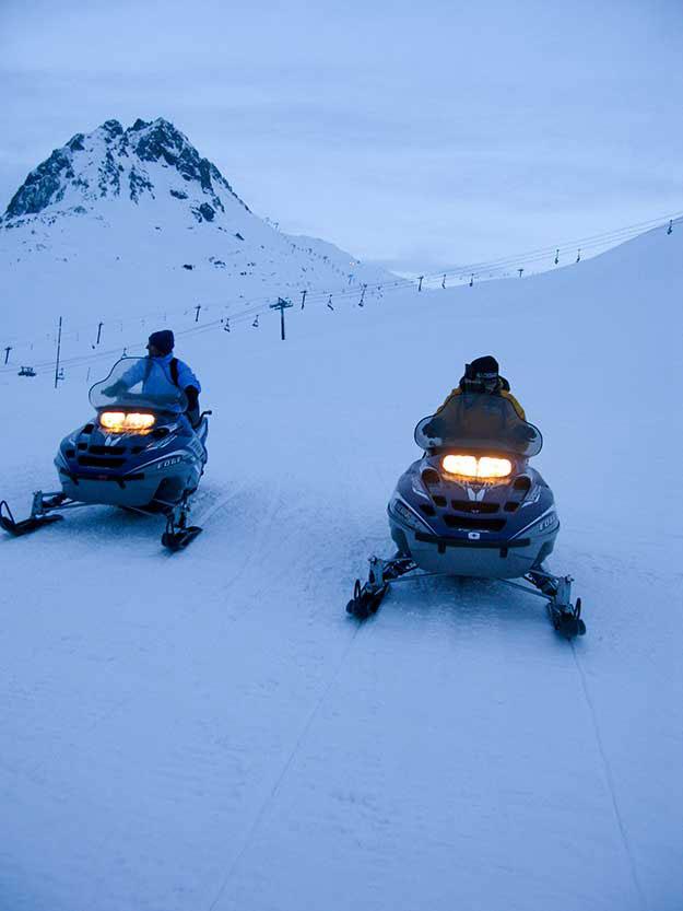 נסיעה במדרון מושלג בסנואו מוביל, אופנוע שלג