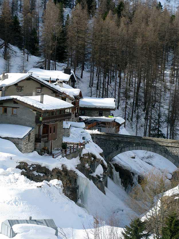 שלג על גגות הבתים בעיירה סקי מירבל