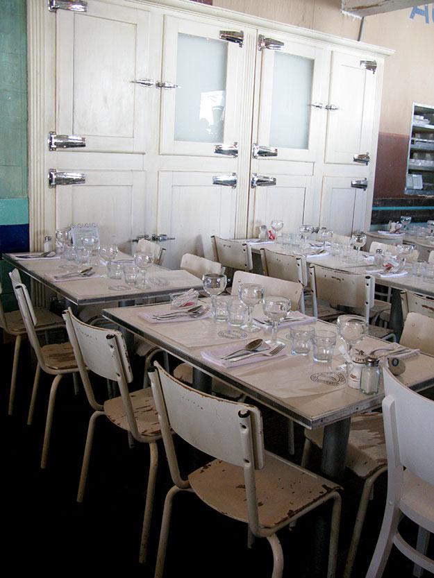 מקררי גבינות עתיקים, שילוב של רהיטי רטרו עם פריטים מודרניים בגוונים של לבן על רקע אריחי קרמיקה ירקרק