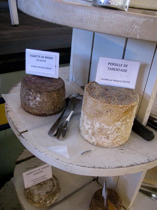 עגלת גבינות בקומות שעליה מוצגים חריצי גבינה