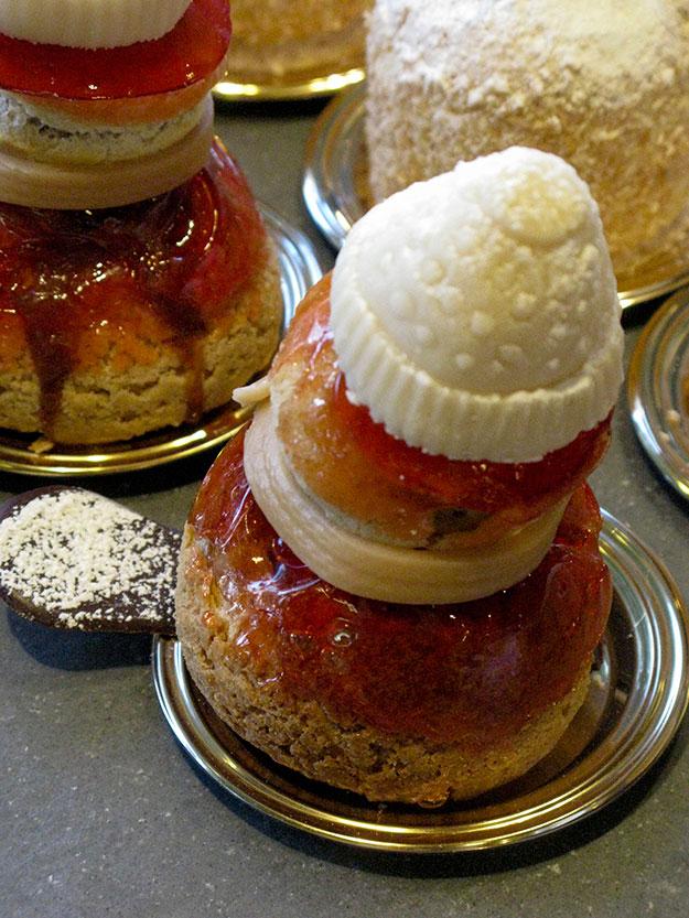 פחזנית מעוטרת בריבת תותים חובשת כובע צמר