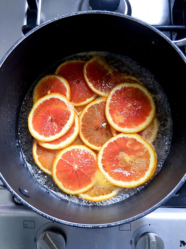 אני מבשלת את פרוסות התפוזים בסירופ סוכר פשוט
