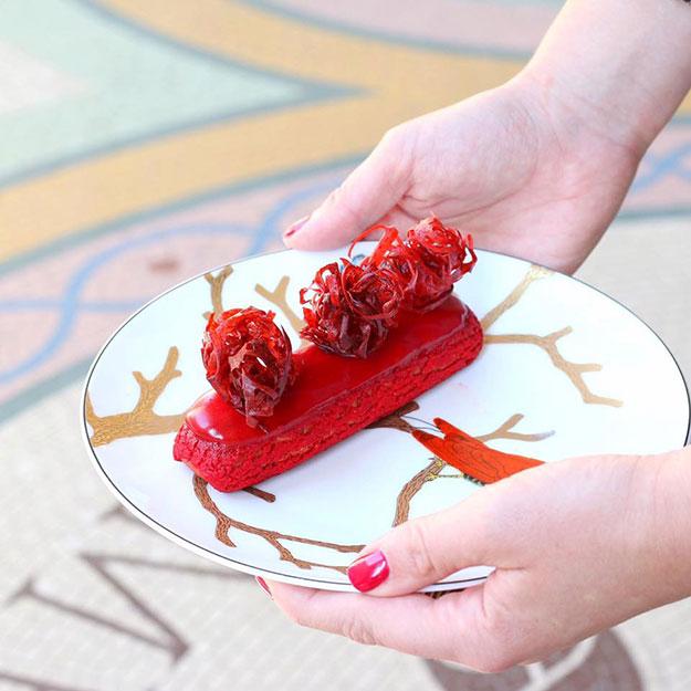 אקלר פירות אדומים של סדריק גרולה. קרדיט צילום: שרון היינריך
