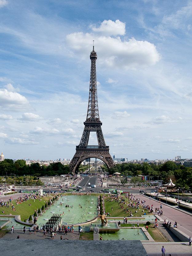 מבטח אל רחבת מגדל אייפל בפריז