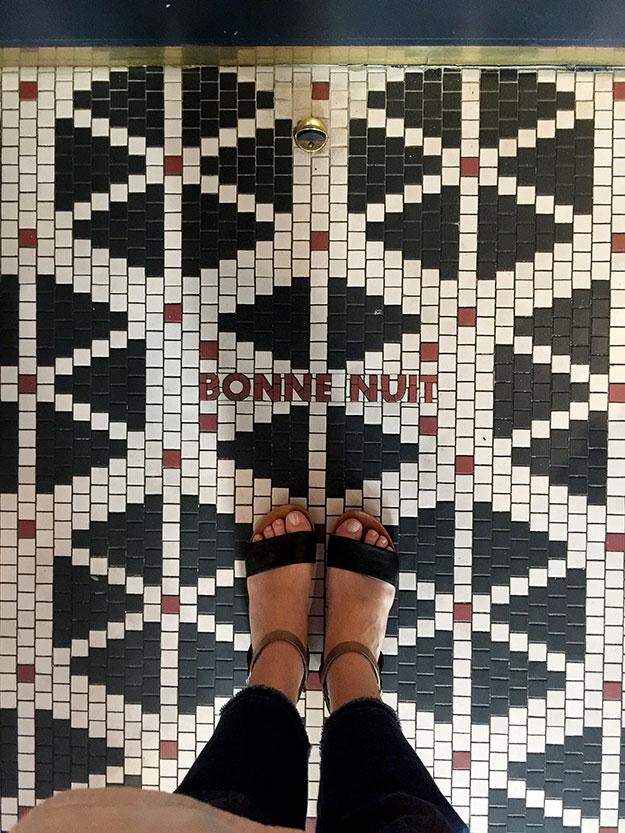 רצפת אריחים מעוטרת בכיתוב לילה טוב פריז