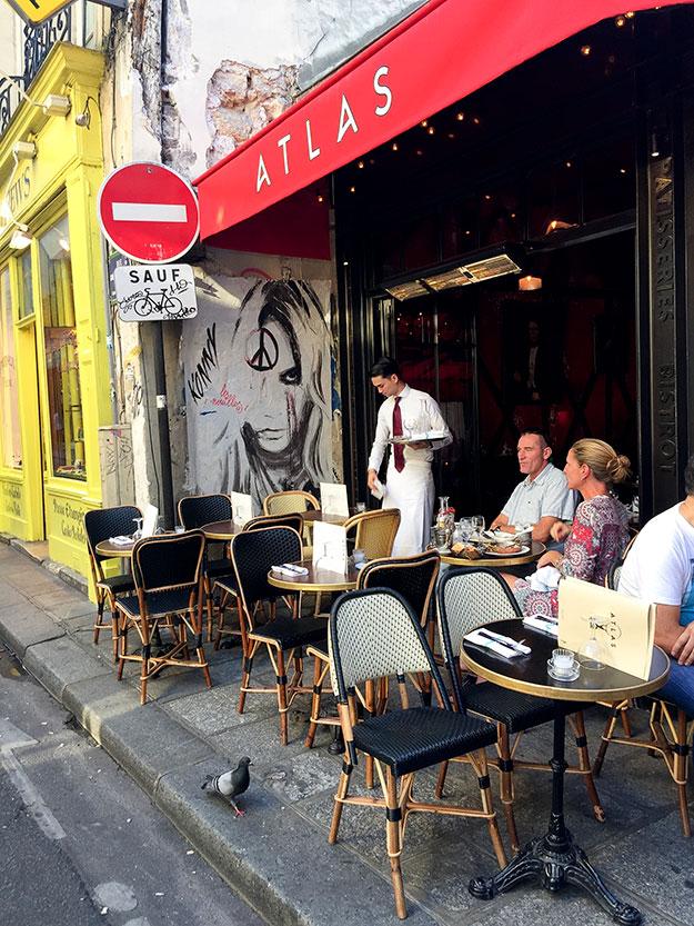 בערב בהמלצת חברה פריזאית, יצאנו לאכול בבראסרי Atlas עם בר דגים ופירות ים. לאורכו של רחוב