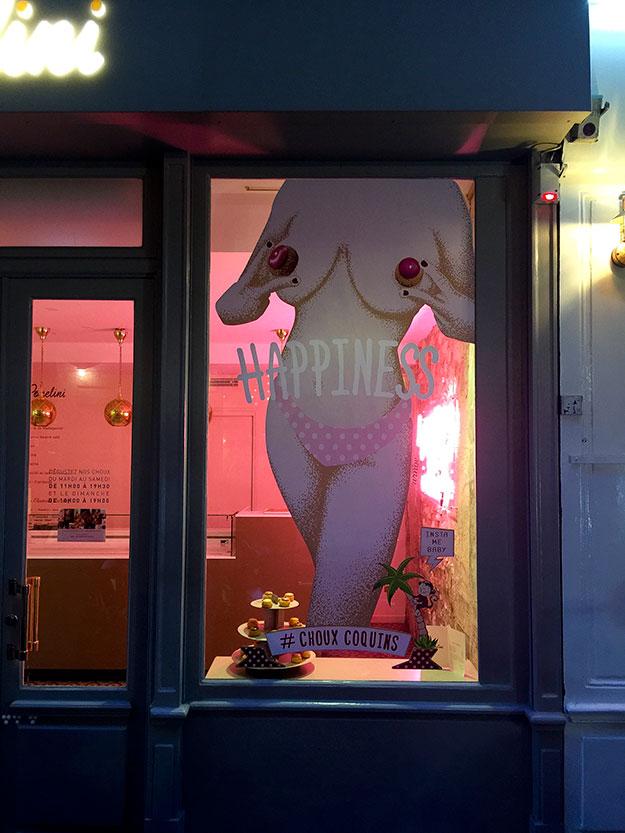 בערב כולם נוהרים לרחוב בושי לחגיגה פריזאית תוססת עם מוסיקה רועשת