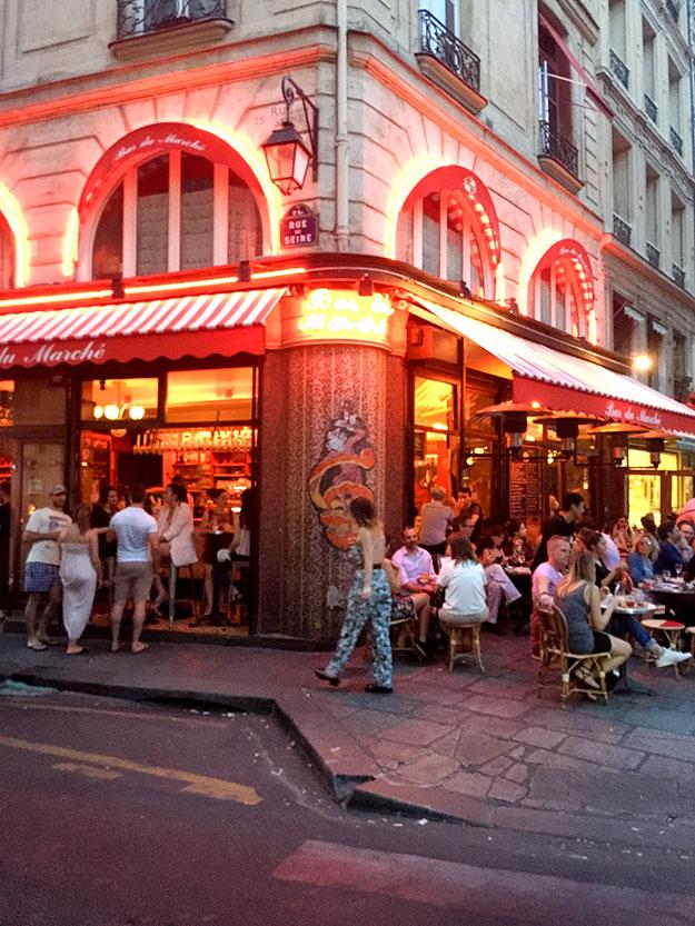 בקפה הפינתי Le Bar du Marche חגיגה פריזאית תוססת עם מוסיקה רועשת