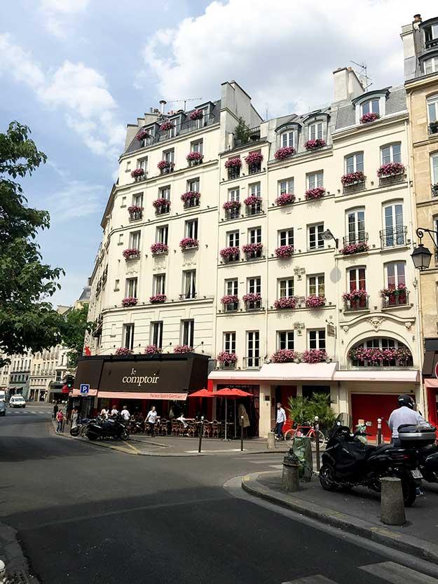 פינה פריזאית טיפוסית, לרבוץ בבית קפה בסאן ז'ארמן. ביסטרו קלאסי טרנדי באזור אודיאון, le Comptoir, 9 Carrefour de l'Odéon