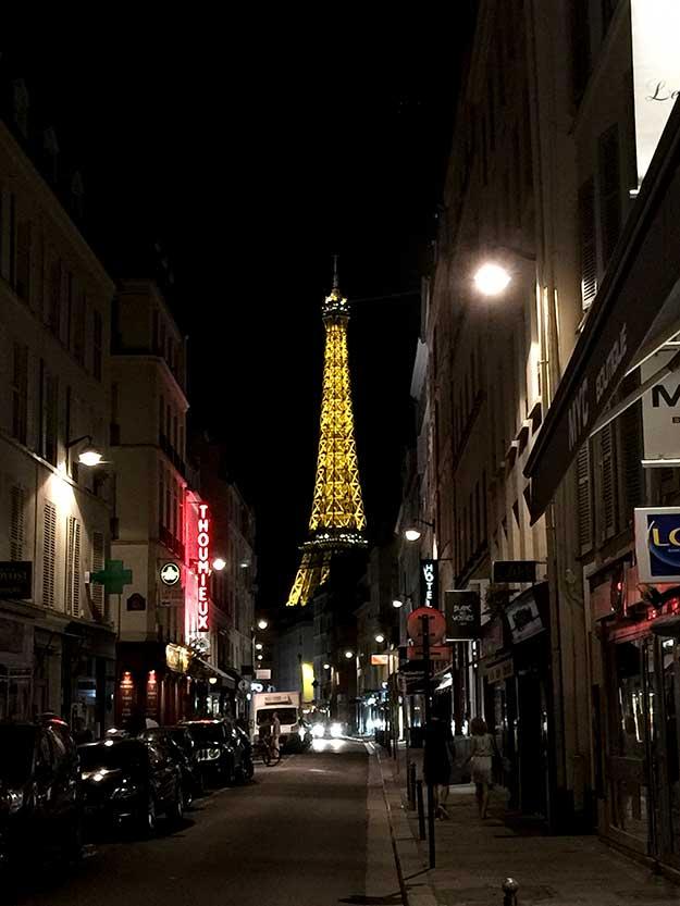 לילה פריזאי עם מגדל אייפל מואר באור זהב
