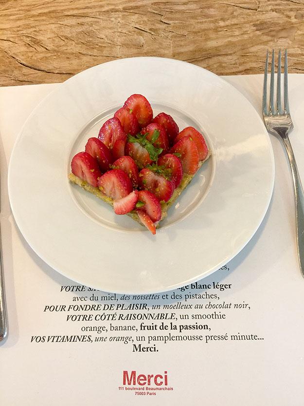 טארט תותים בקנטינה של MERCI אחרי סיבוב בשלוש קומות החנות אפשר לרדת לארוחת צהריים בקנטינה
