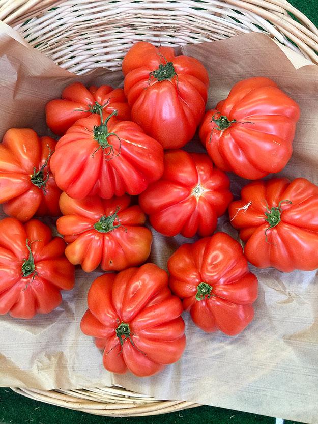 דוכני ירקות, פירות, גבינות, דגים, יין, מעדנים ולחמים לצד מסעדות קטנות איטלקיות, יפאניות, צרפתיות, אסיאתיות ומזרח תיכוניות