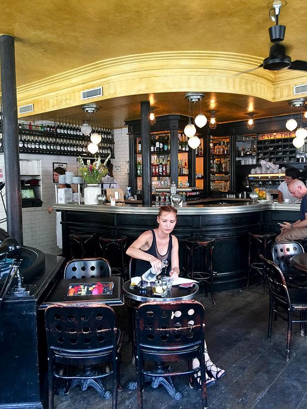 Cafe Charlot ביסטרו צרפתי בעיצוב קלאסי, מושך אליו קהל אופנתי וצעיר
