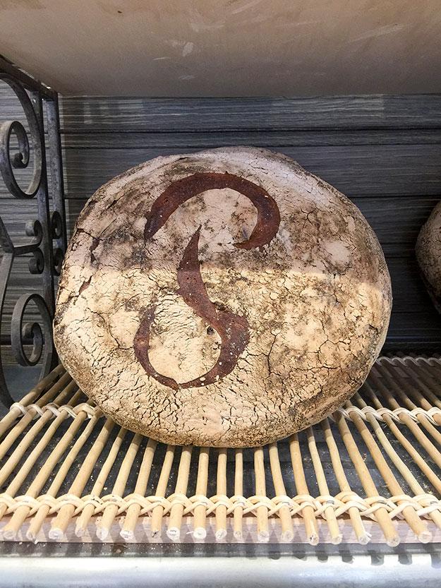 הלחם המפורסם של אחת המאפיות הוותיקות באזור רובע סאן ז'ארמן, Poilane, נראית כאילו קפאה בזמן