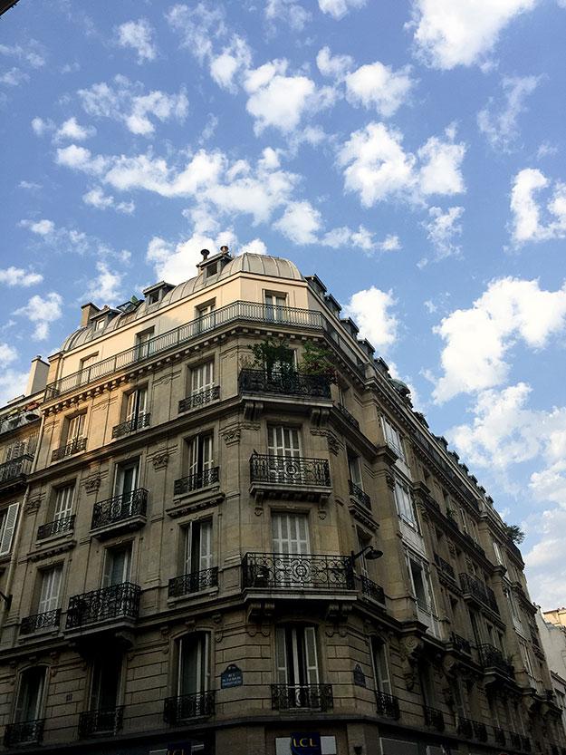 בניין על רקע שמים כחולים בפריז