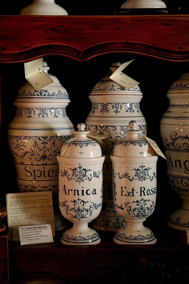כדים עתיקים בחנות לעתיקות ברוסיו