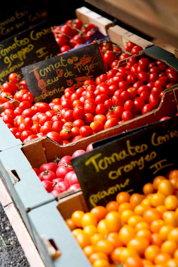 בשוק בריאז פרובאנס פירות וירקות שמגדלים בחוות מקומיות