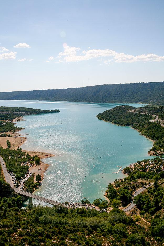 אגם Lac de Sainte Croix מקום נהדר לטבילה ולפיקניק